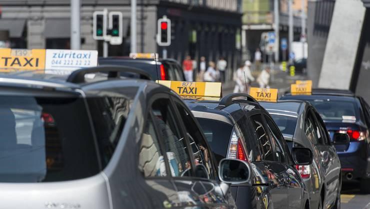 Taxis warten schön aufgereiht am Zürcher Hauptbahnhof auf Kundschaft.