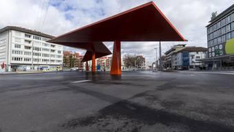 Fällt die Temperatur unter Null, wird es es auf dem neuen Stadtplatz in Schlieren glatt: Der Stadtrat müsse etwas unternehmen, fordert ein Politiker.