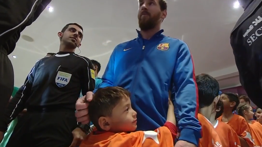 Der kleine Junge himmelt Messi richtig an.