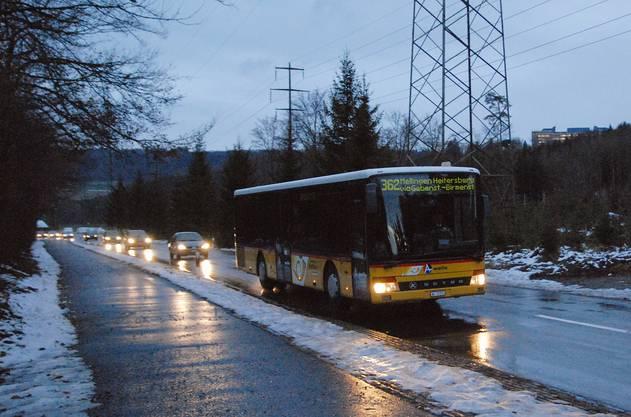 Die Strecke zwischen Birmenstorf und Fislisbach war lange Zeit nicht befahrbar. Erst als der Salzwagen gewirkt hatte wurde sie um 08.20 Uhr wieder geöffnet. Betroffen war auch der Bus von Brugg Richtung Bahnhof Heitersberg in Mellingen. (Foto: Walter Schwager)