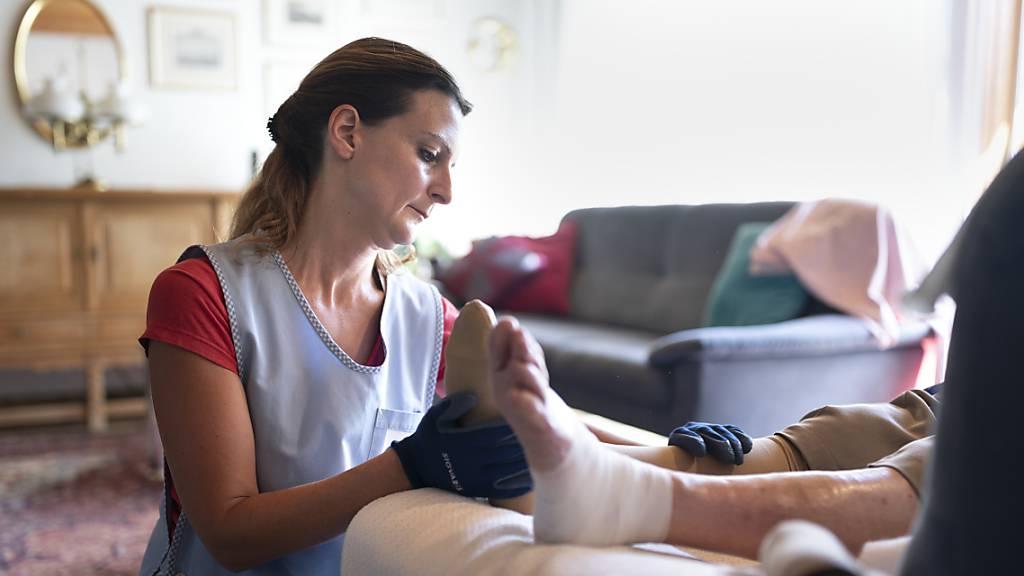 Der Nationalrat diskutiert am Montag und am Dienstag darüber, wie die Pflegeberufe aufgewertet werden können. (Themenbild)