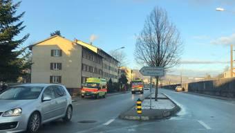 Aus dem Haus beim Bahnhof Glanzenberg stieg am Diensagmorgen verdächtiger Rauch empor.