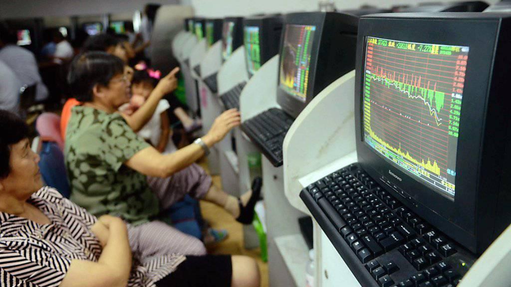 Es geht auch am Dienstag wieder bergab an der Börse in China (Archivbild).