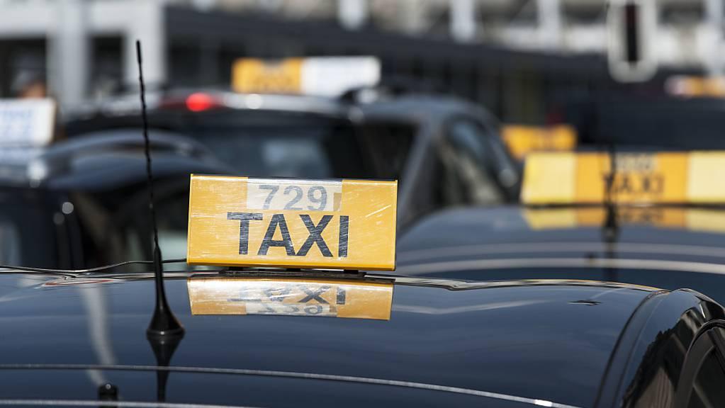 Ein Freiburger Taxifahrer ist seinen Führerschein für eine Weile los, weil er einen geprellten Berufskollegen in grosse Gefahr brachte. (Symbolbild)