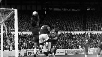 """""""Die Katze"""" krallt sich den Ball: Der ehemalige-Chelsea-Goalie Peter Bonetti starb an Ostern im Alter von 78 Jahren"""