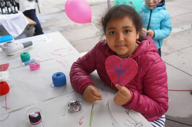 Die 9-jährige Sarah Hanafi bastelt ein Herz für ihre Mutter am Bastelstand des Dietiker Spiel-und-Hobby-Ladens.