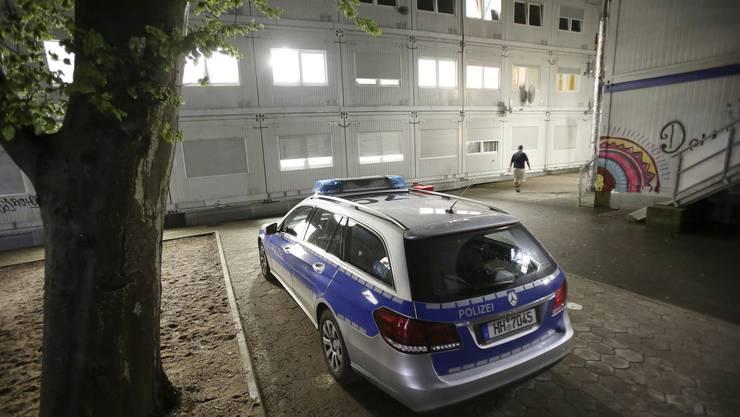 Nach der Messerattacke hat die Polizei Wohncointainer einer Flüchtlingsunterkunft durchsucht.