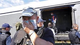 Niederländische Experten in einem Leichen-Kühlwaggon in der Ukraine