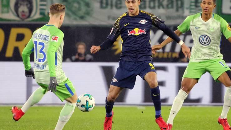Die Wolfsburger Yannick Gerhardt (links) und Felix Uduokhai im Kampf um den Ball gegen Leipzigs Yussuf Poulsen