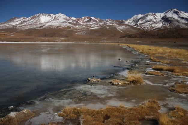 Es gibt schneebedeckte Berge mit Lagunen davor.
