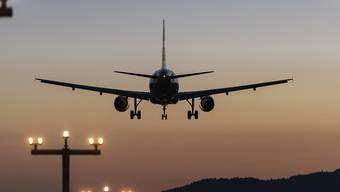 Schweizerinnen und Schweizer fliegen immer häufiger. Das schadet dem Klima. Der Nationalrat entscheidet heute Montag über eine CO2-Abgabe auf Flugtickets. Daneben geht es um den Benzinpreis.