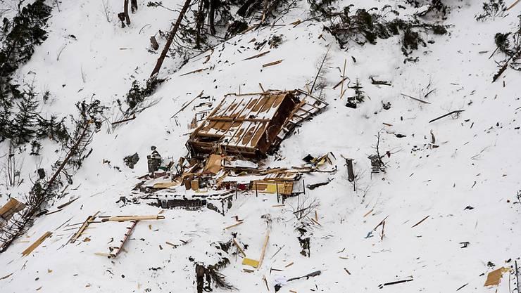 Die Lawine beschädigte zehn bis zwölf Chalets in einem Weiler oberhalb der Gemeinde Salvan VS.