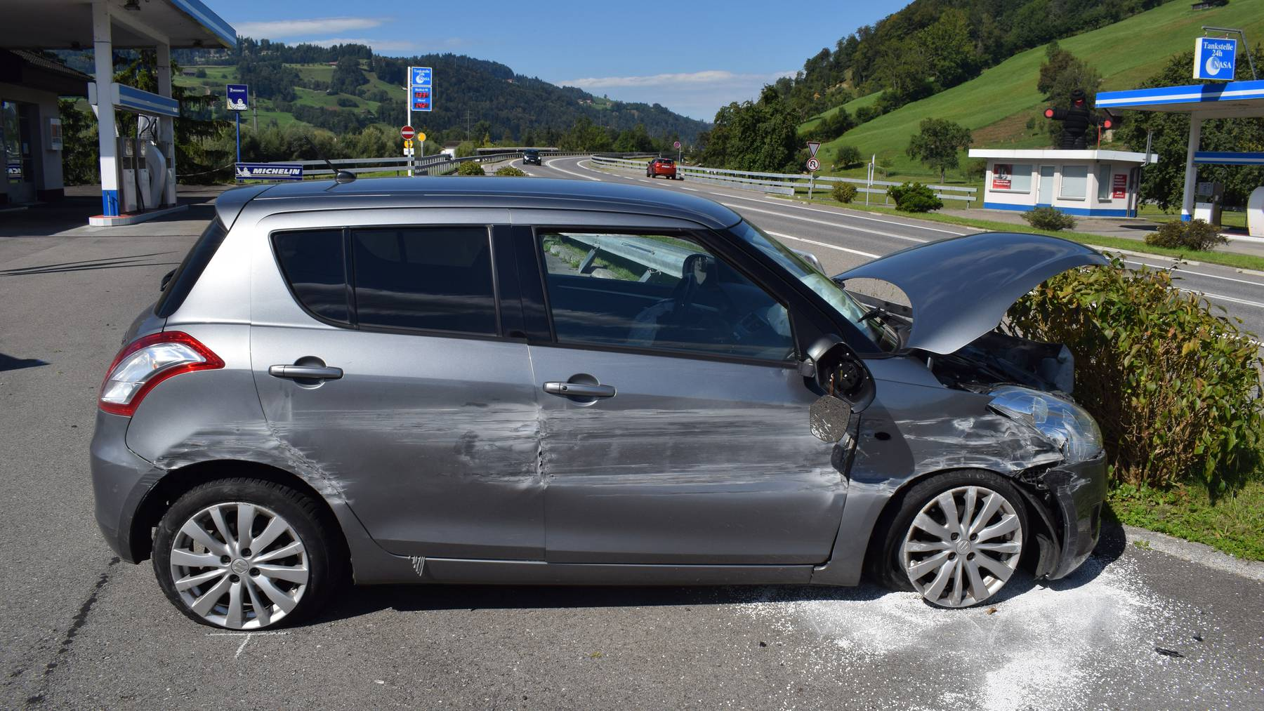 Ein Autofahrer prallte letzten Samstag mit seinem Auto in die Leitplanken.