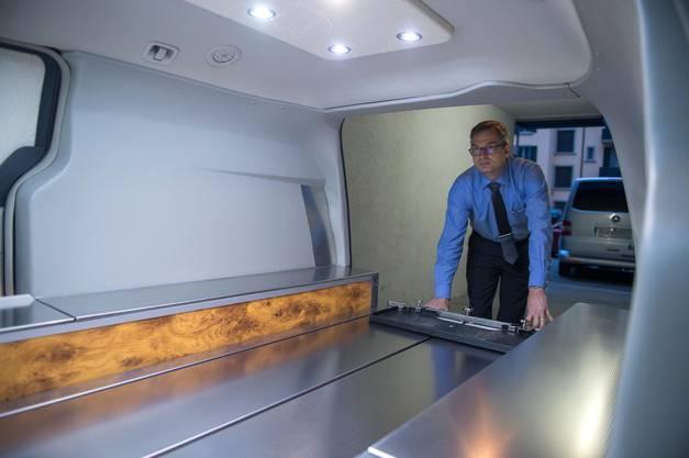 Rolf Arnold zeigt den Bestattungswagen.