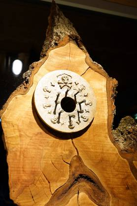 Leuchte aus Birnholz und Bronze von Claudio Cassano.