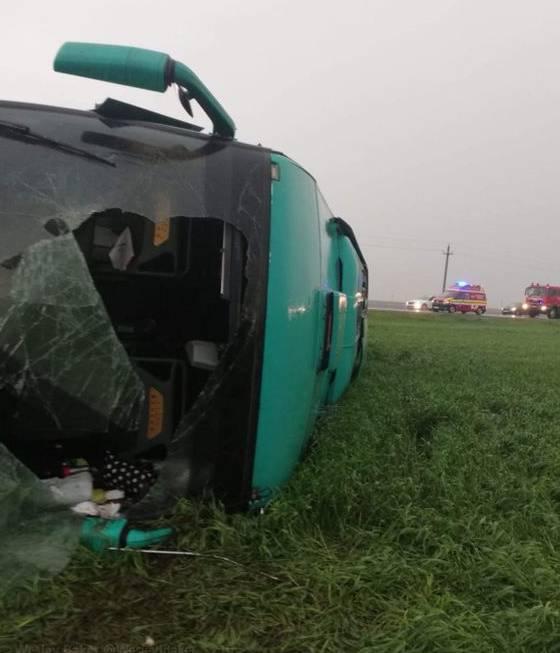 Wegen des Tornados kippte ein Bus um.