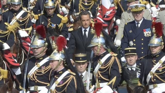 Sarkozy (in der Mitte, ohne Kopfbedeckung) nimmt an Parade in Paris teil