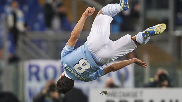 Lazios Hernanes mit Akrobatikeinlage nach seinem Tor zum 3:0.