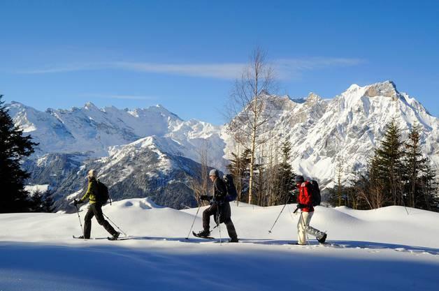 Beim Schneeschuhwandern empfiehlt es sich in der gleichen Spur zu laufen, um Kraft zu sparen.