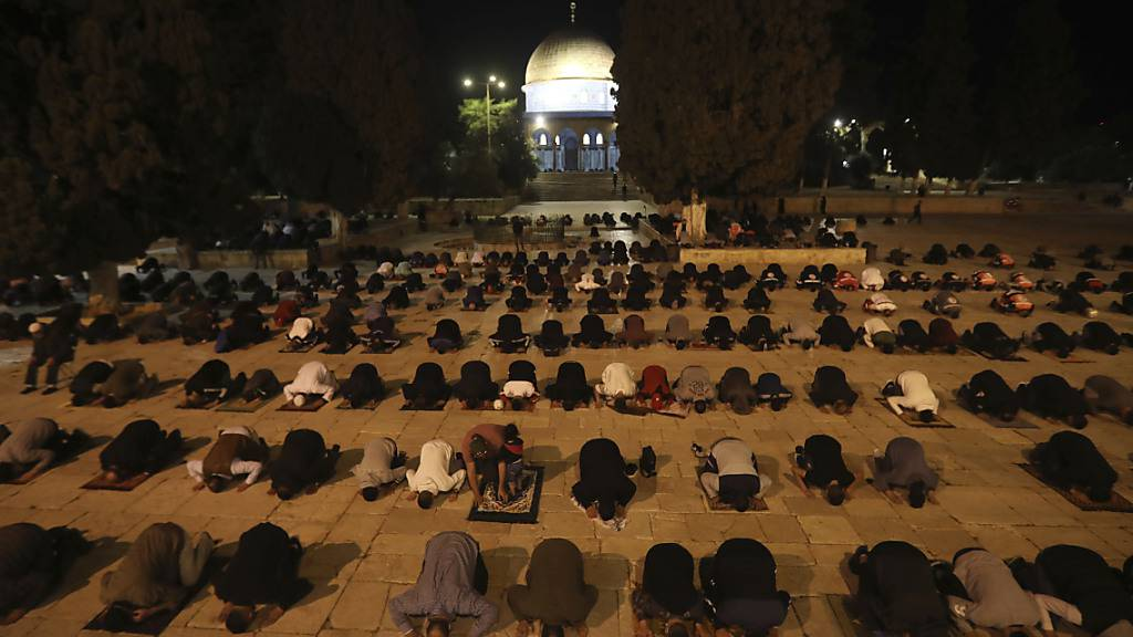 Muslimische Männer beten neben dem Felsendom in der Nähe der Al-Aksa-Moschee in Jerusalems Altstadt.