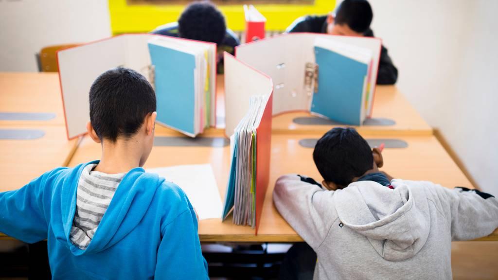 Unbegleitete minderjährige Asylsuchende (UMA) schreiben eine Prüfung im Transitzentrum «Landhaus»