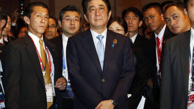 Shinzo Abe (m.) in Jakarta vor einem Treffen mit Xi Jinping