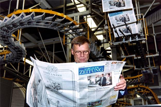 Frisch ab (der) Presse: Peter Wanner begutachtet am 4. November 1996 die Erstausgabe der «Aargauer Zeitung».