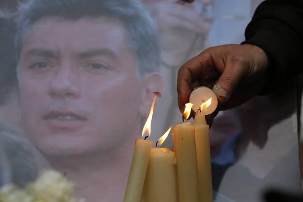 Kerzen für den 2015 ermordeten Putin-Gegner Boris Nemzow.