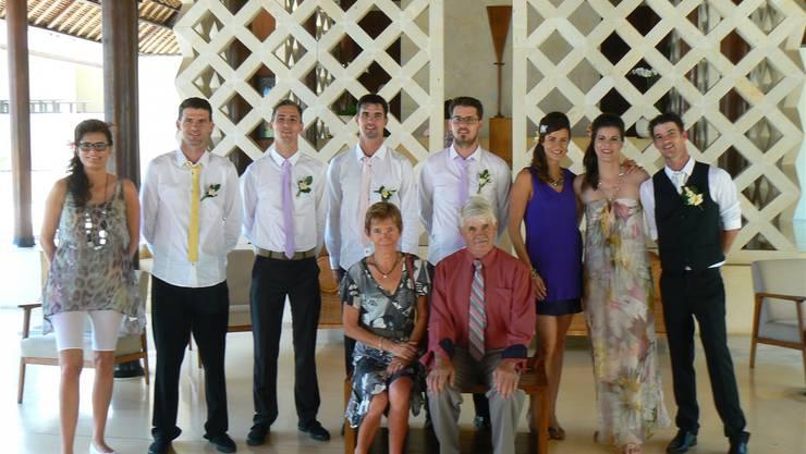 Die ganze Familie Keusch an Uelis Hochzeit 2014 auf Bali: Rita, Peter, Reto, Bruno, Beat, Irene, Judith und Ueli (von links) umrahmen die Eltern Rita und Karl.