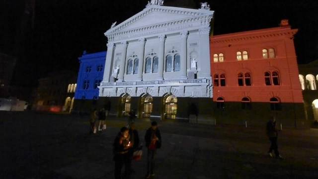 Schweizer Bundeshaus leuchtet für Paris