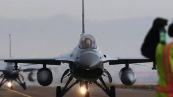 Ein südkoreanisches Kampfflugzeug kurz vor dem Start (Archiv)