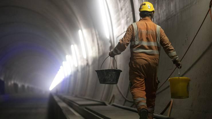 In die 350 Millionen Franken teure Doppelröhre werden die Kabel und die Fluchtschiebetüren in die Querverbindungen zum derzeit noch genutzten, alten Bözbergtunnel eingesetzt.
