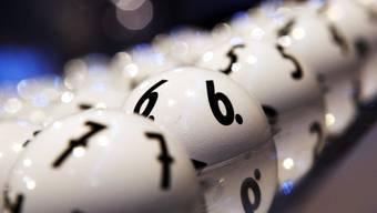 Erneut tippte kein Lotto-Teilnehmer die sechs Gewinnzahlen plus Zusatzzahl richtig. Damit wächst der Jackpot um weitere 4 Millionen Franken. (Archiv)