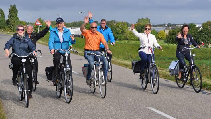 Tour mit den Fietsen (Fahrräder) auf den Dämmen von Waal und Rhein.