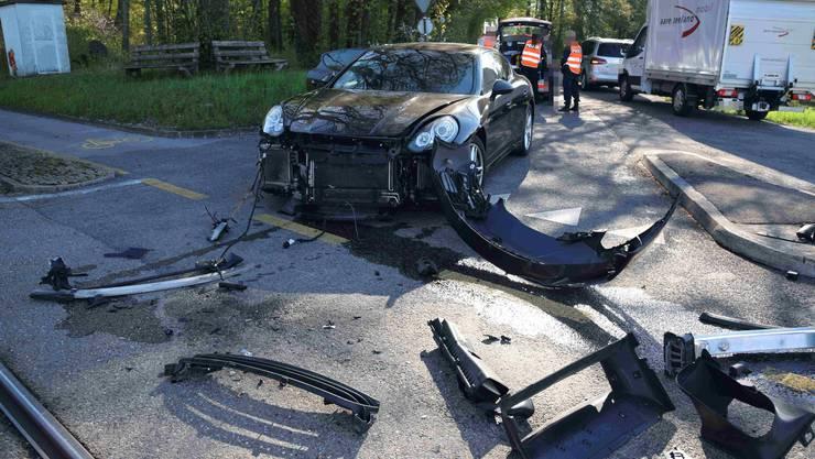 Die Front des Autos wurde durch den Aufprall am Boden zerstreut.
