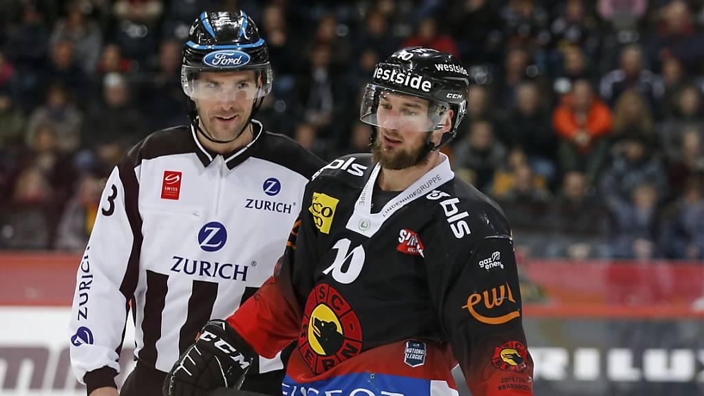Wohl keine freundlichen Worte zwischen Berns Tristan Scherwey und dem ungarischen Linesman Balazs Kovacs
