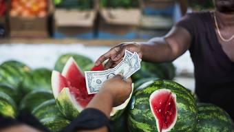 Für Nahrungsmittel muss in der Eurozone etwas mehr bezahlt werden als noch vor einem Jahr. Wegen der sinkenden Energiepreise fällt die Inflationsrate dennoch sehr tief aus.
