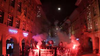 Linksextreme demonstrierten am Silvesterabend in der Bernern Innenstadt gegen Staatsgewalt. Dabei zündeten einzelne Teilnehmer Pyrofakeln und Feuerwerk.