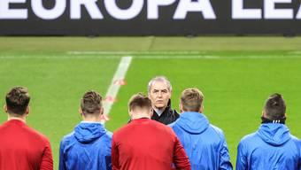 Marcel Koller stimmt sein Team auf das Europa-League-Geisterspiel in Frankfurt ein