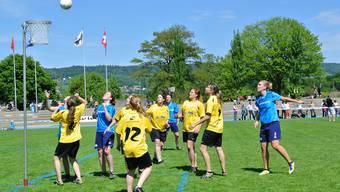 Corinne Haller (Nr. 2 in blau) wirft den Ball in den Lotzwiler Korb. Foto: CES