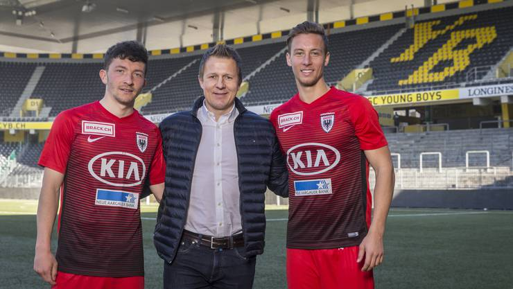 Linus Obexer (l.) und Nicolas Bürgy (r.) posieren mit YB-Sportchef Christoph Spycher. Beide sind bei den Bernern unter Vertrag, aber an Aarau ausgeliehen.