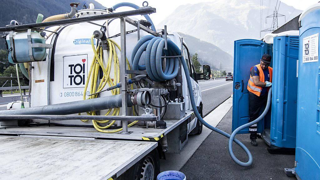 ToiToi-Toiletten kommen vielerorts zum Einsatz - momentan etwa ans der Autobahn A2 vor dem Gotthard-Nordportal. Dort sorgen sie bei Autofahrern, die im Stau stehen, für entspannende Momente. (Archivbild).