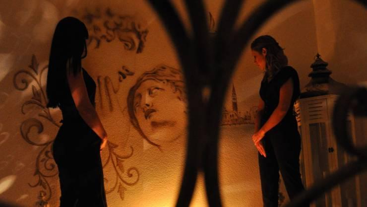 Evita (31, links) und Samantha (26) im Zimmer «Venezia» ihres Tantratempels.  Fotos: BHi