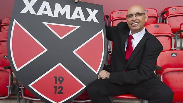 Präsident Christian Binggeli präsentiert das Xamax-Logo.