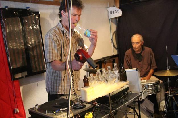 Instrumente-Erfinder Philipp Läng spielt mit Föhn und leeren Flaschen den Refrain.