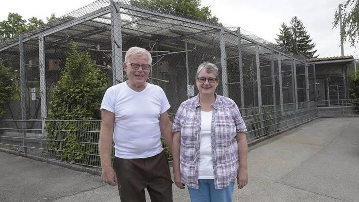 Walter und Caterina Ferndriger freuen sich über die Voliere