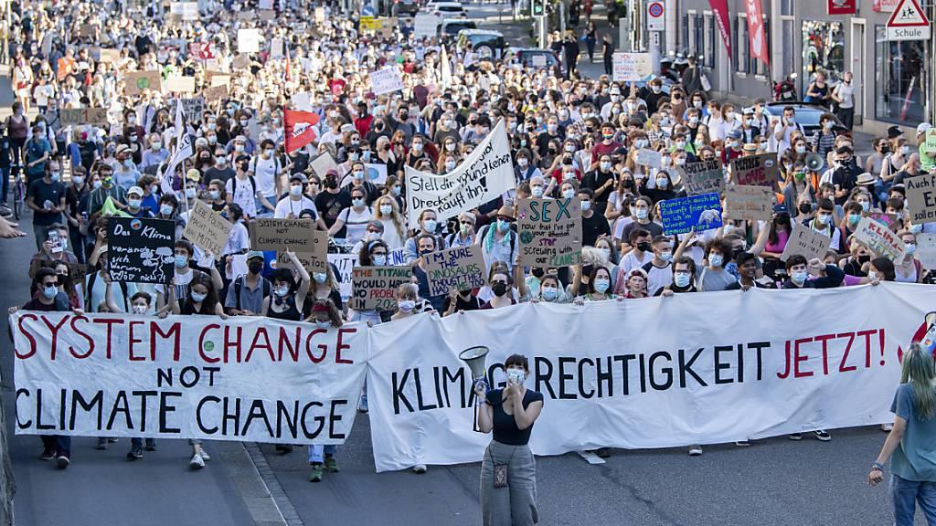 Sonia Seneviratne, ETH-Professorin und Mitautorin des im August veröffentlichten neuste Berichts des Weltklimarats IPCC, warnte laut einer Mitteilung der Organisation Klimastreik in Zürich auf der Polyterrasse vor den Auswirkungen der Klimaerwärmung: «Der Wandel findet hier und jetzt statt, und es gibt bereits zu viele Todesfälle, auch in hochentwickelten Ländern», wurde sie in der Mitteilung zitiert.