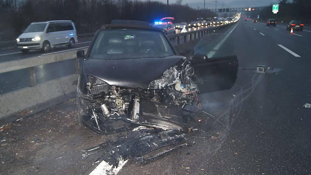 Das Auto der 57-jährigen Frau wurde beim Aufprall in die Mittelleitplanke fast vollständig zerstört. Die Lenkerin erlitt schwere Verletzungen.