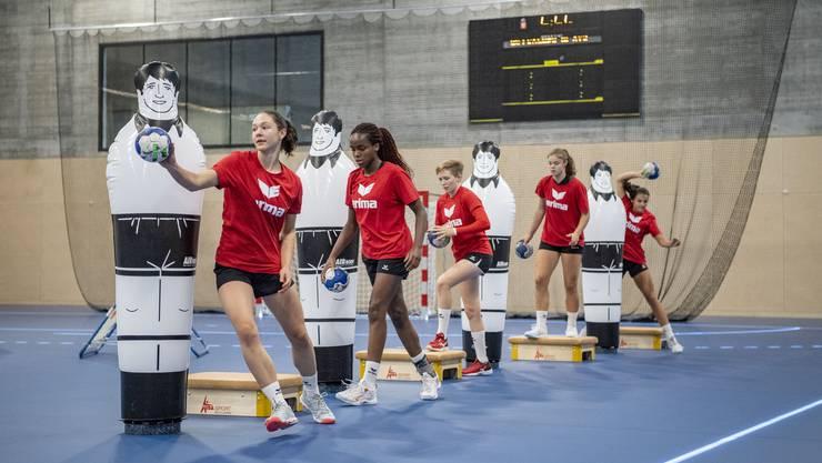 Ein Schweizer Damen-Handball-Nachwuchsteam trainiert in der Sporthalle für Hallensport.