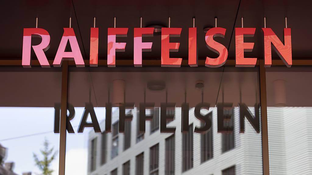 Raiffeisen Schweiz-Mitarbeitende sollen künftig statt individueller Bonuszahlungen eine kollektive Erfolgsbeteiligun erhalten. (Archivbild)
